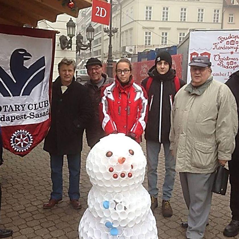 Adomány-gyűjtőink a Vörösmarty téren