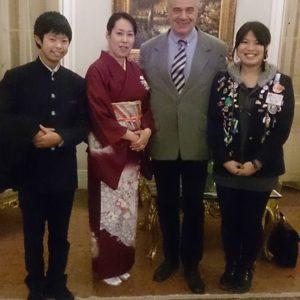 Sayoko édesanyjának és testvérének látogatása népviseletben