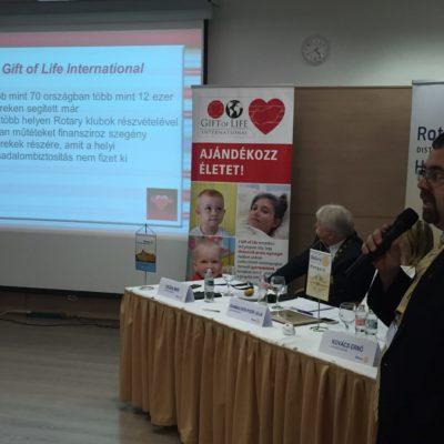 Elekes Zoltán konferálja a Gift of Life Szeged előadást