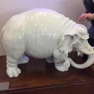 1926-ban a széntüzelés miatt megrepedeztek a nagyméretű darabok. Mivel a készítők még nem láttak elefántot közelről, az ormány vége tusolót mintáz.