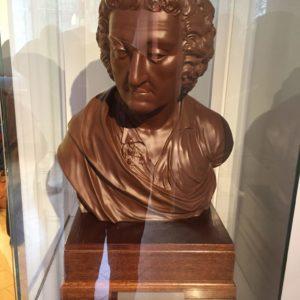 """Johann Friedrich Böttger megalkotja az első porcellánt, a """"fehér aranyat"""" Erős Ágost kérésére 1708-ban."""