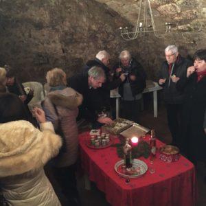 Snapsz és süti 500 éves pincében.