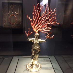 Korallágak művészi felhasználása dísztárgyként.