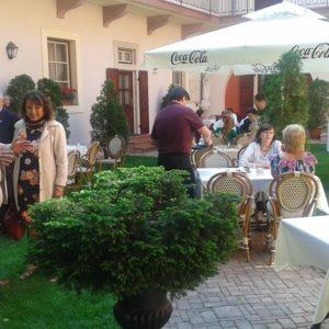 Charter ebéd a Szent György fogadó udvarán a Várban