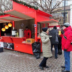 Karácsonyi adománygyűjtés a Vörösmarty téren forralt borral, zsíros kenyérrel