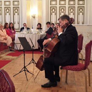 Onczay Zoltán és a háttérben Onczay Csaba gordonkaművészek