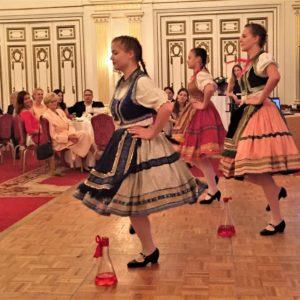 Néptáncos lányok üveges tánca