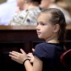 Lelkes fiatal közönség tapsa