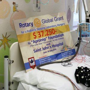 """A hazai és külföldi Rotary 37.250 USD támogatásával létrejött Gyermek Alváslabor az """"Aprónép"""" Alapítványnak és a Szent János kórháznak"""